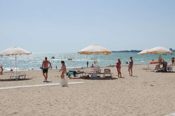 Зонтики на песчаном пляже. Фото Евпатории