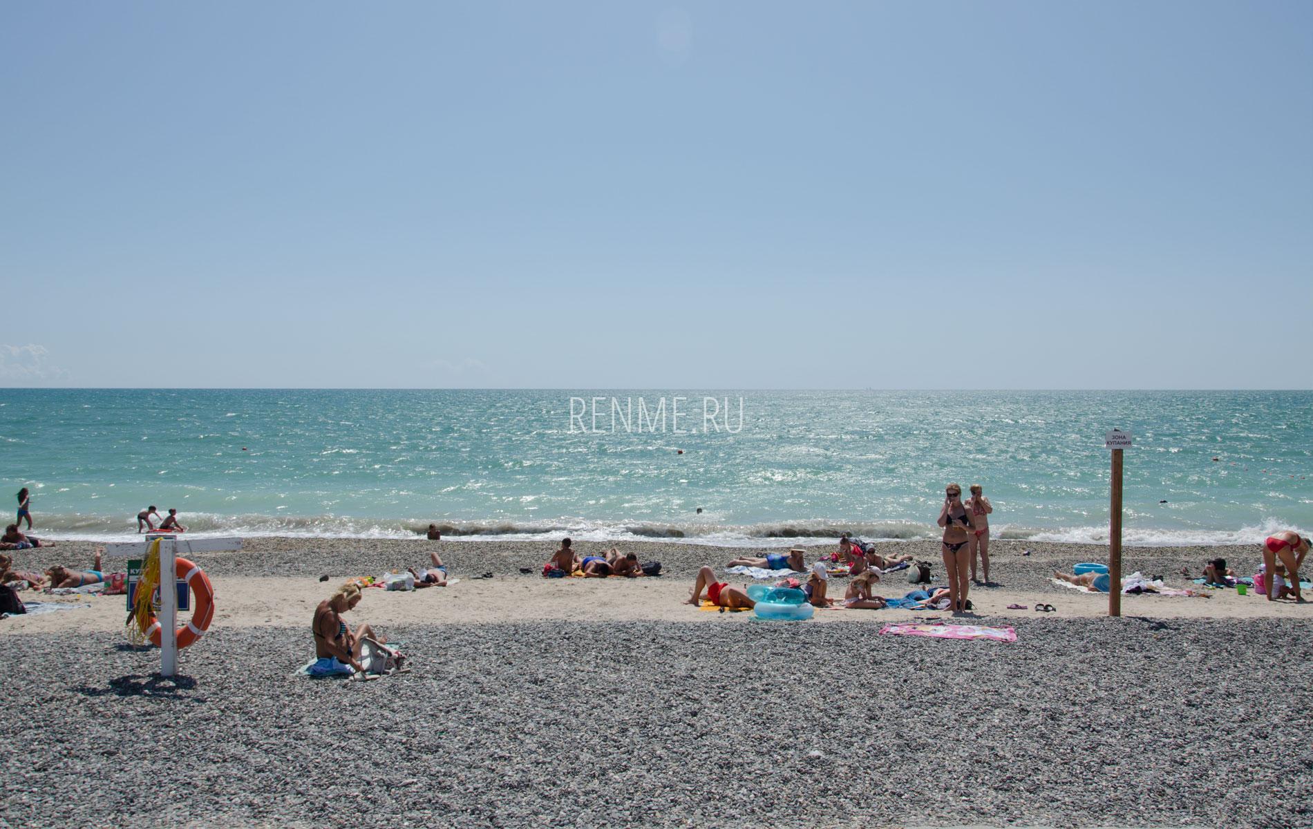 Галечный пляж и море в сезон 2019. Фото Евпатории