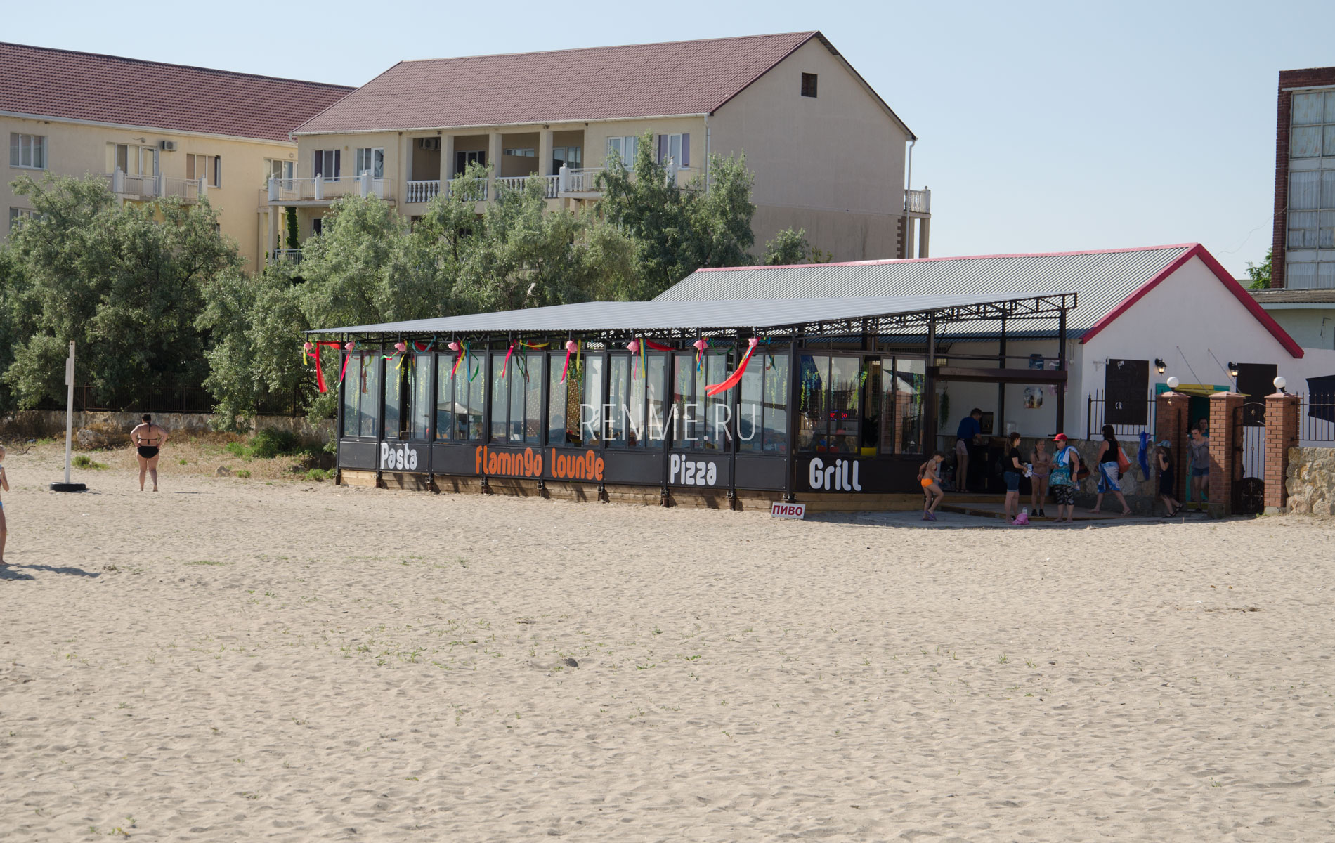 Кафе Фламинго на пляже. Фото Межводного