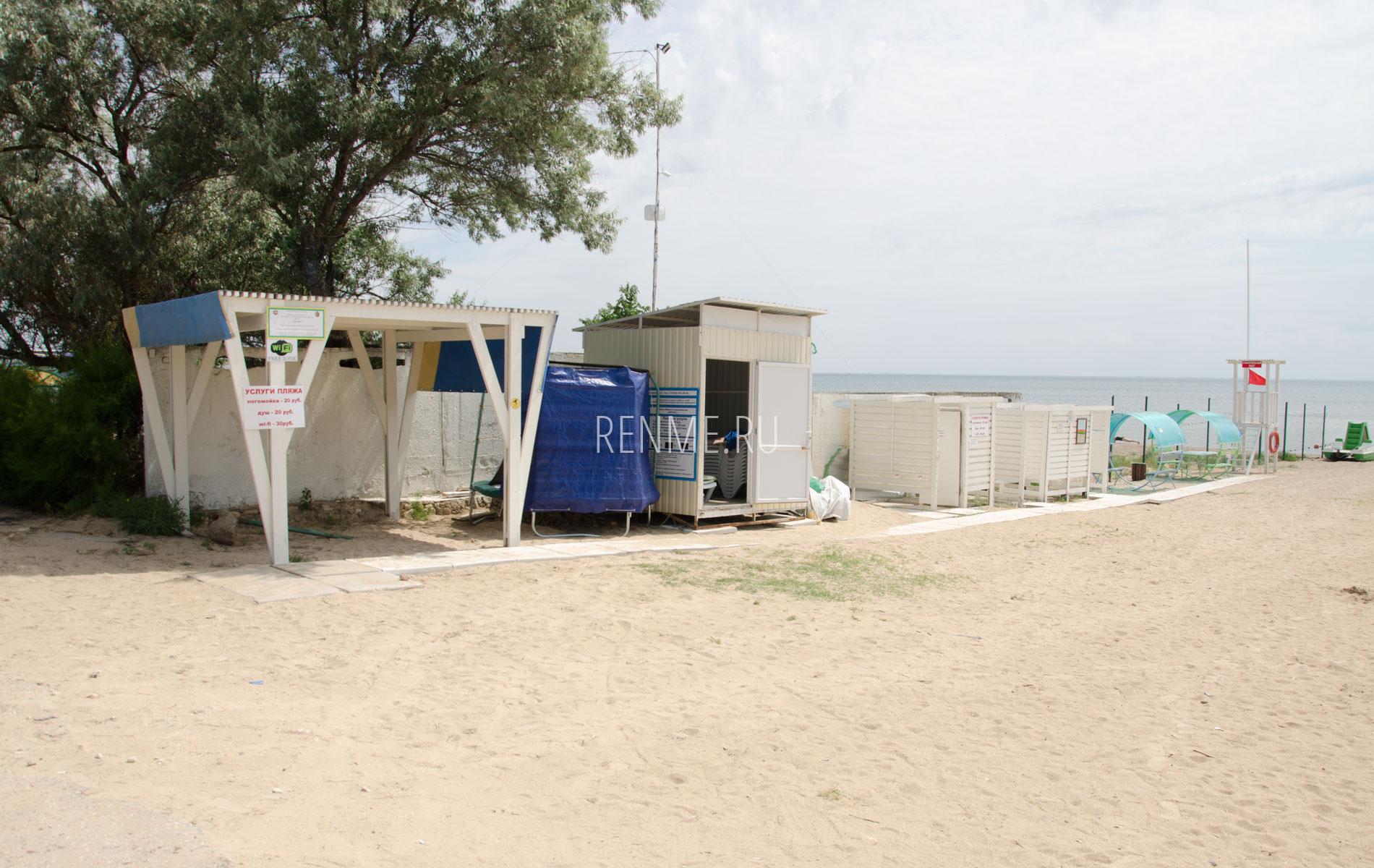 Оборудованный песчаный пляж в Заозерном. Фото Заозёрного
