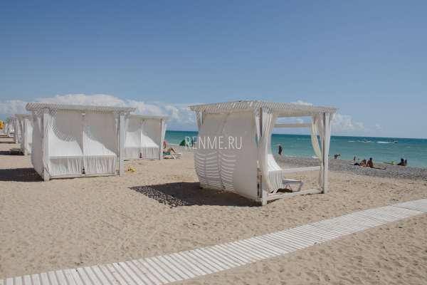 Бунгало на песчаном пляже. Фото Евпатории