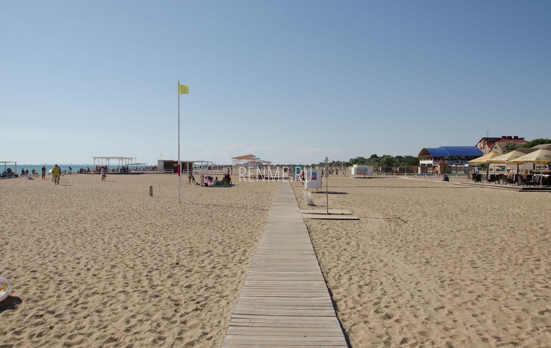 Оборудованный пляж на Прибое. Фото Сак