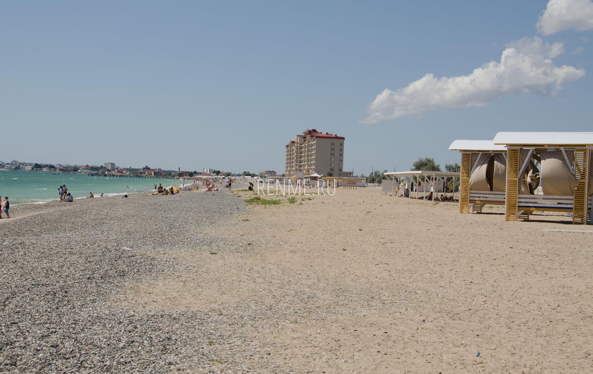 Золотой пляж с бунгало в сезон 2019. Фото Евпатории