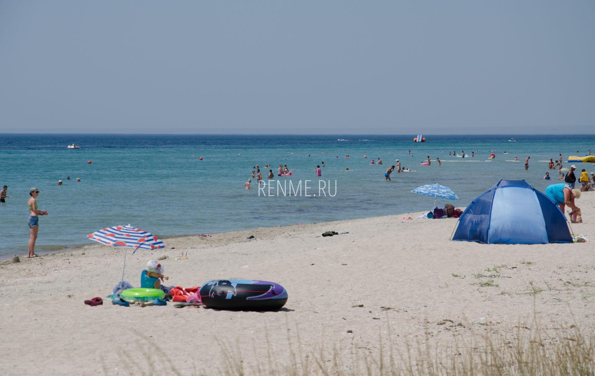 На берегу дикого пляжа в Крыму. Фото Штормового