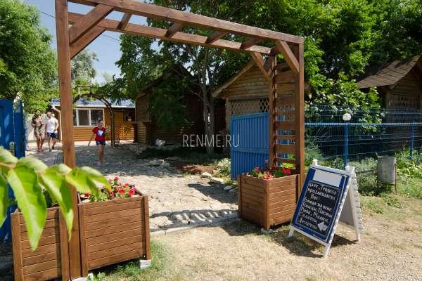 """Вход в кафе """"Terrasa"""" в Оленевке. Фото Оленевки"""