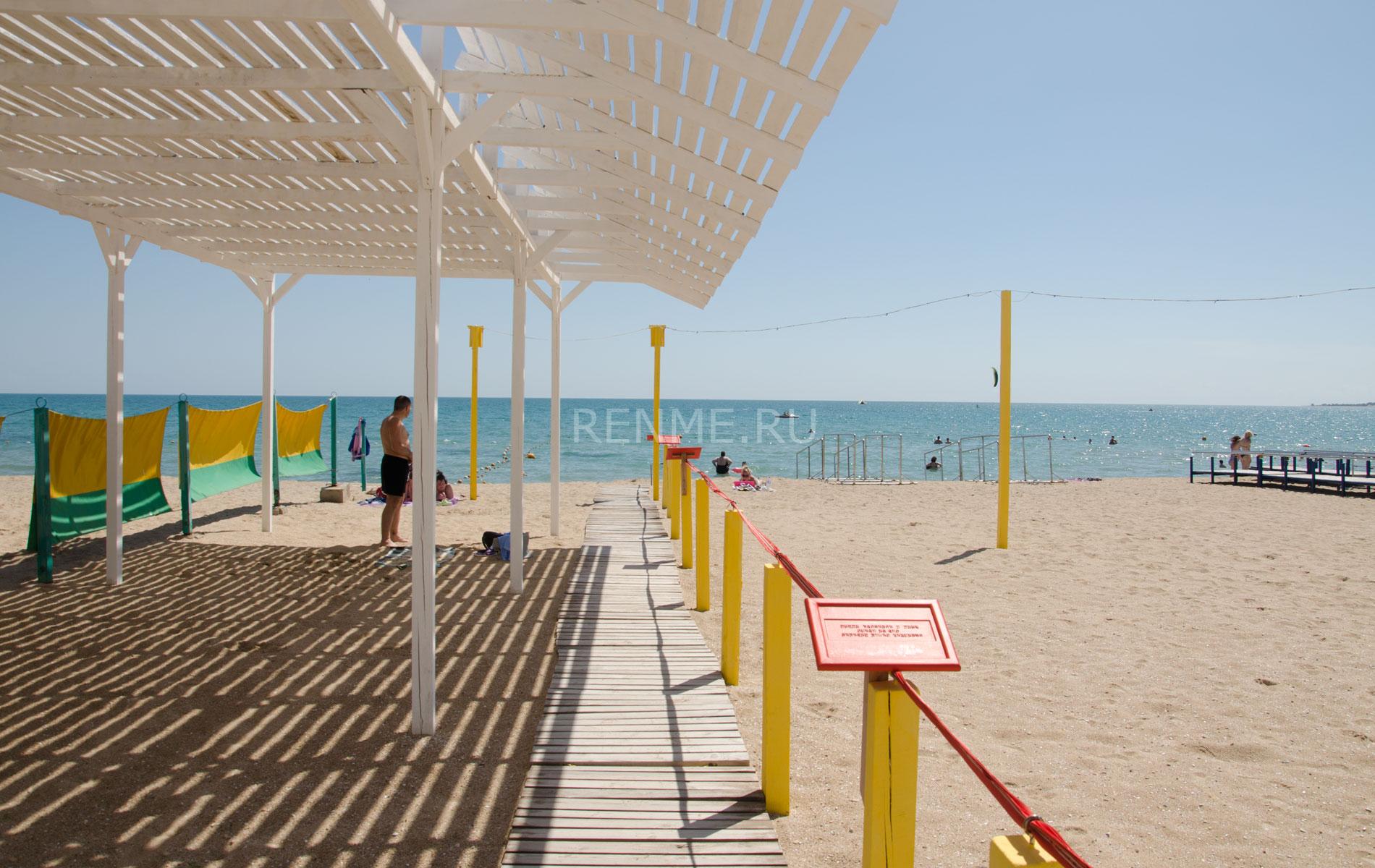 Оборудованный пляж для инвалидов. Фото Евпатории