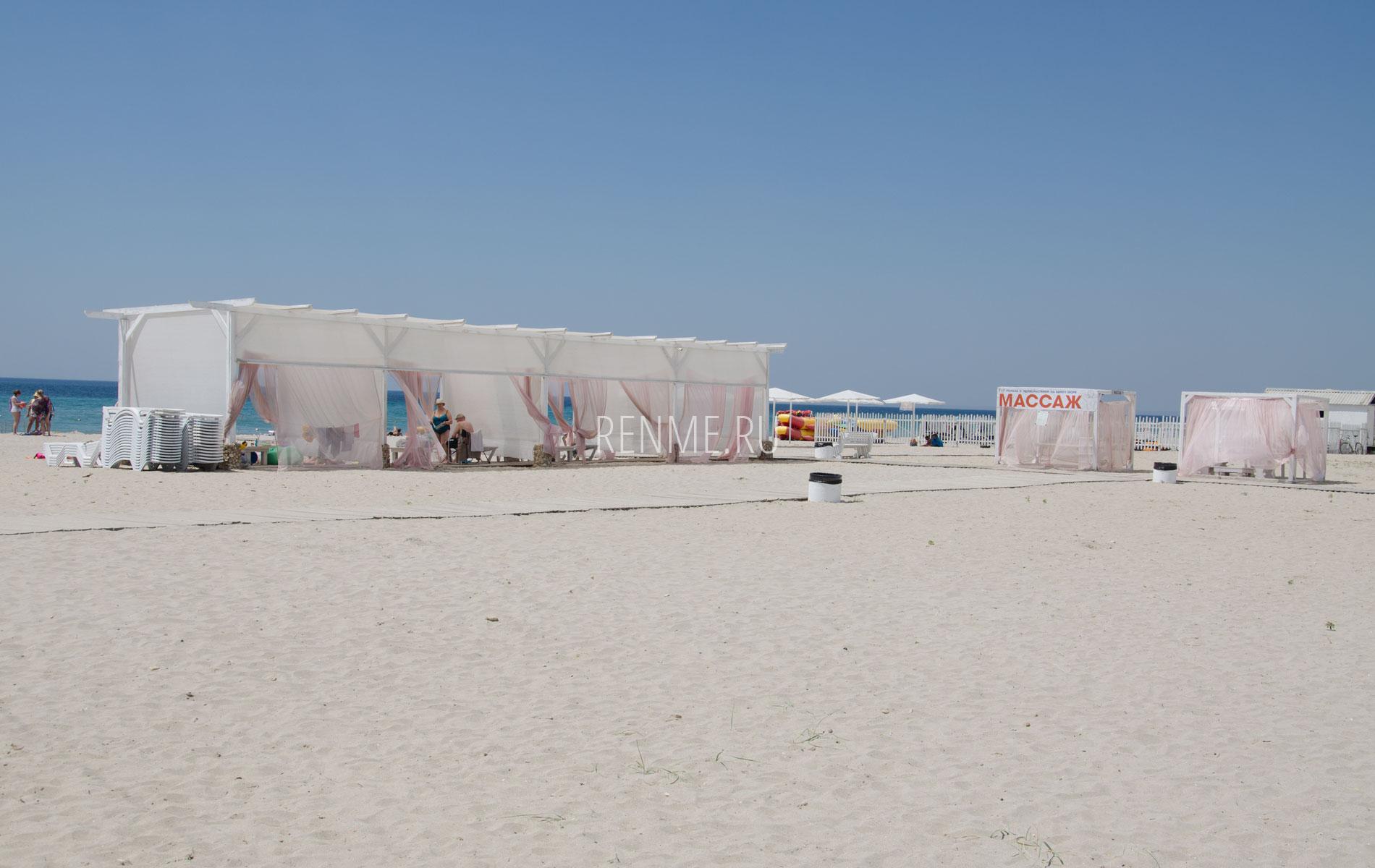Современный пляж в Крыму. Фото Штормового