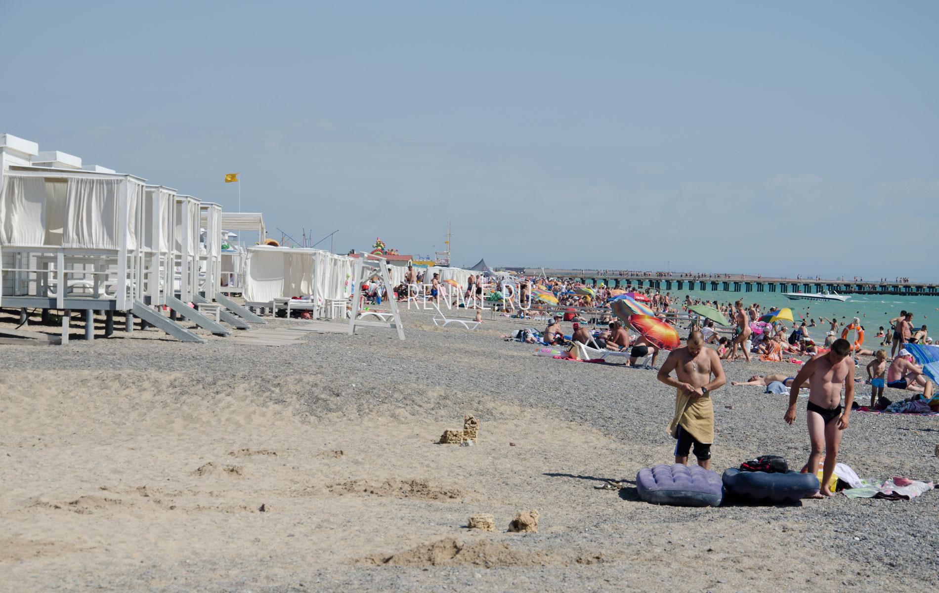 Много бунгало на пляже в Новофедоровке 2019. Фото Новофедоровки