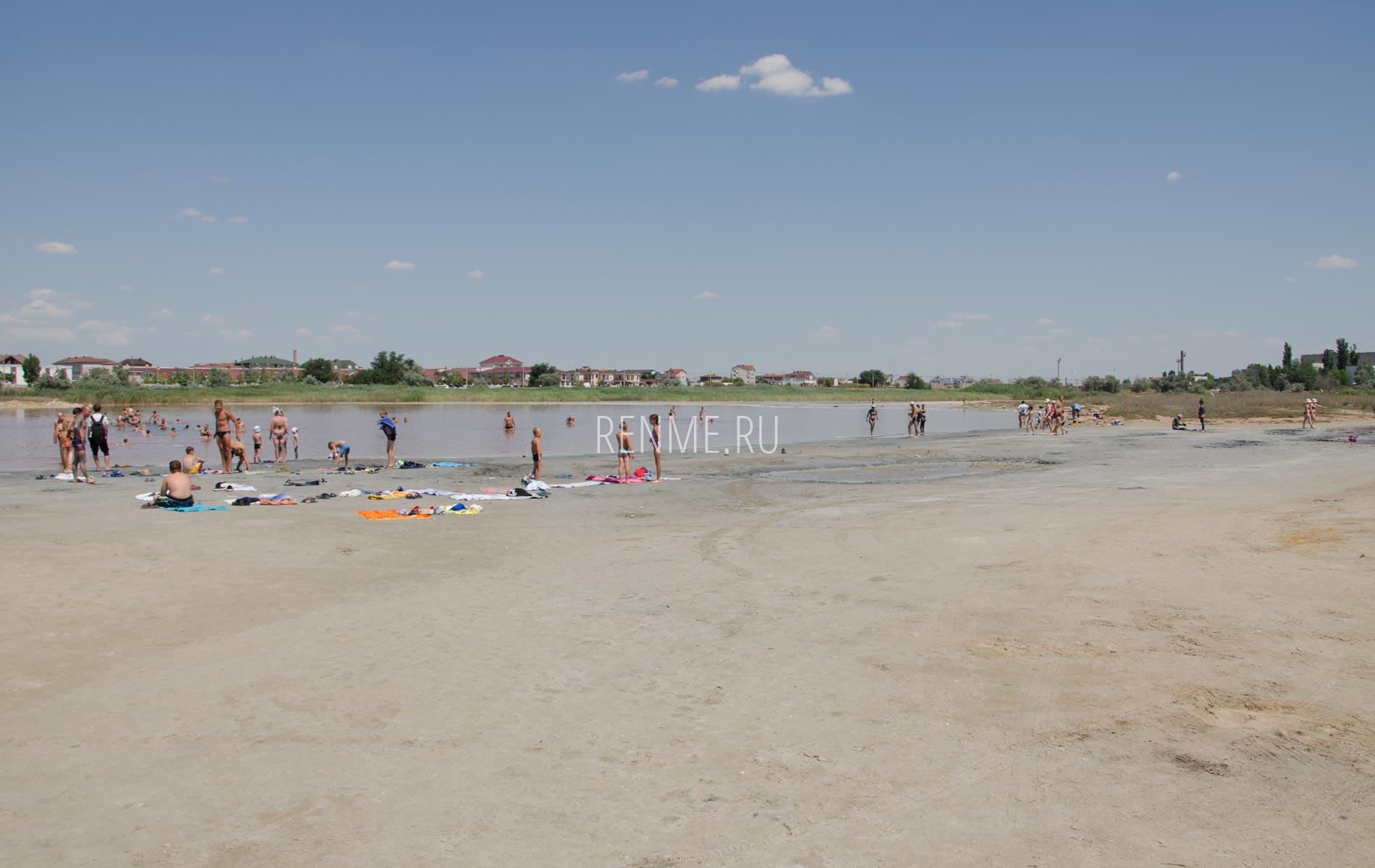 Соленое озеро рядом с пляжем в Крыму. Фото Заозёрного