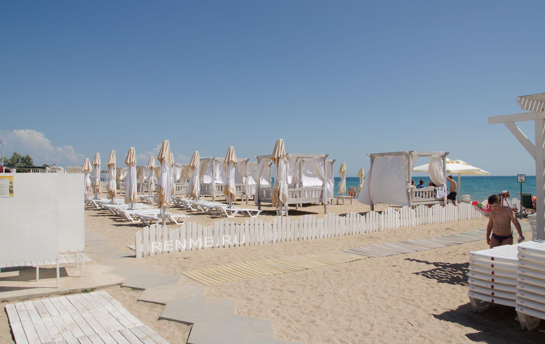Зонтики на Евпаторийском пляже. Фото Евпатории