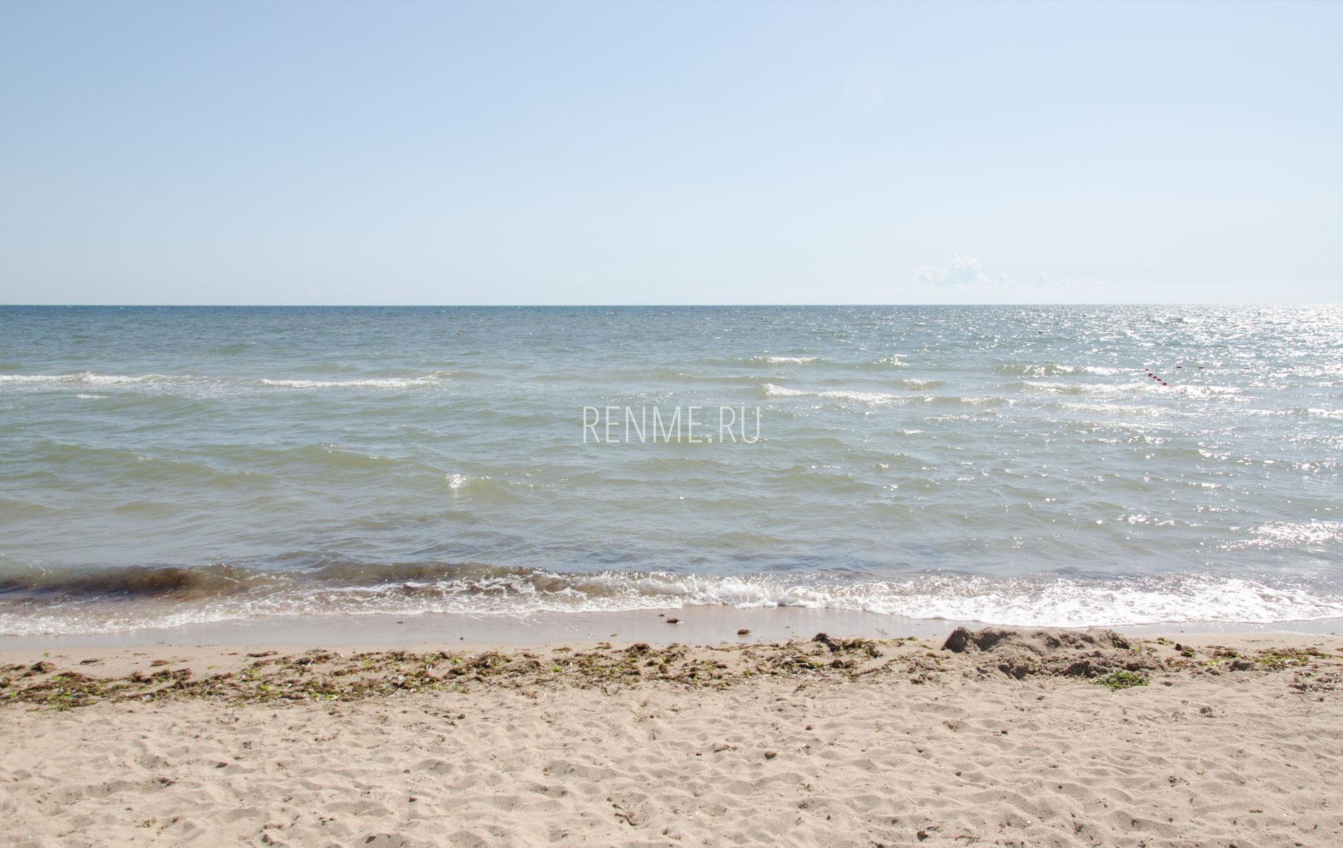 Песчаный пляж и море в Заозерном. Фото Заозёрного