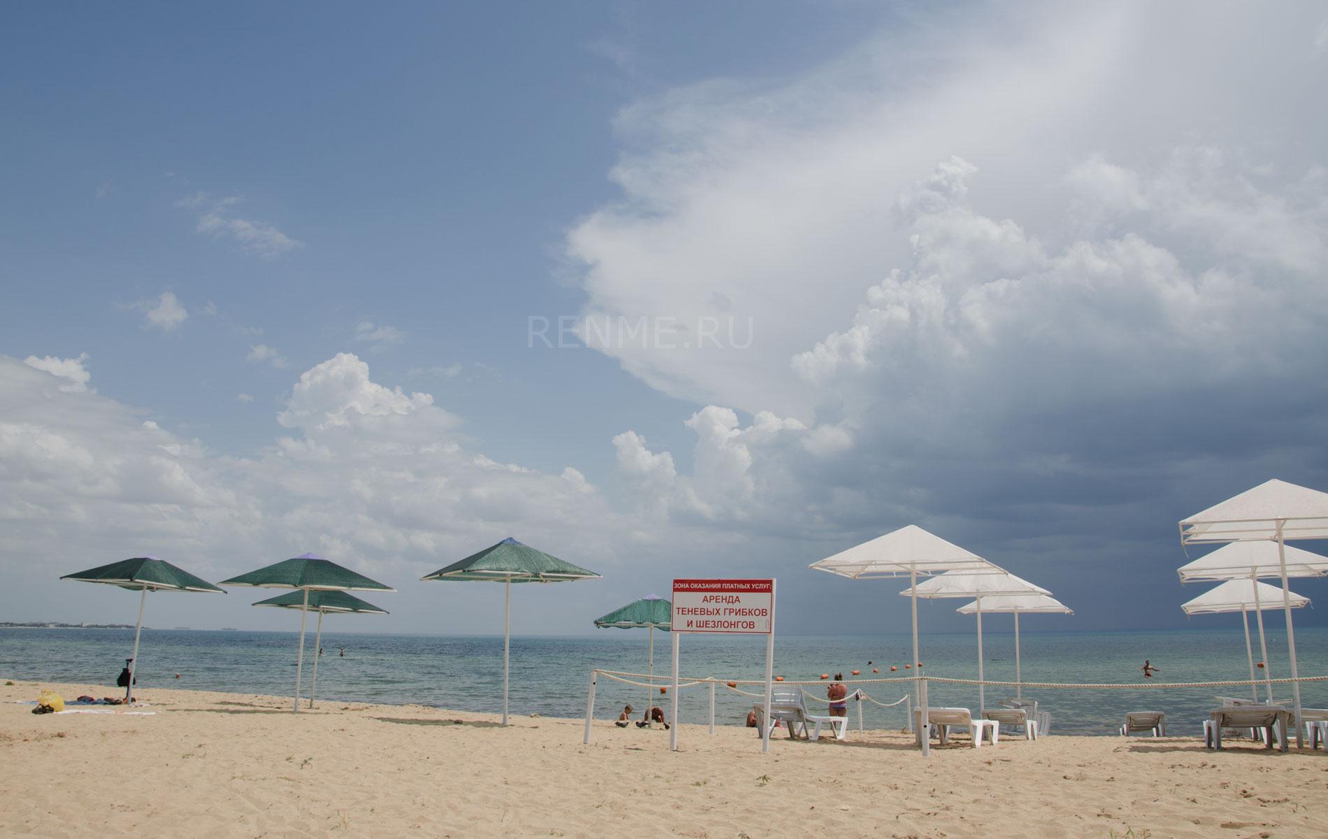 Теневые грибки и шезлонги на пляже. Фото Заозёрного