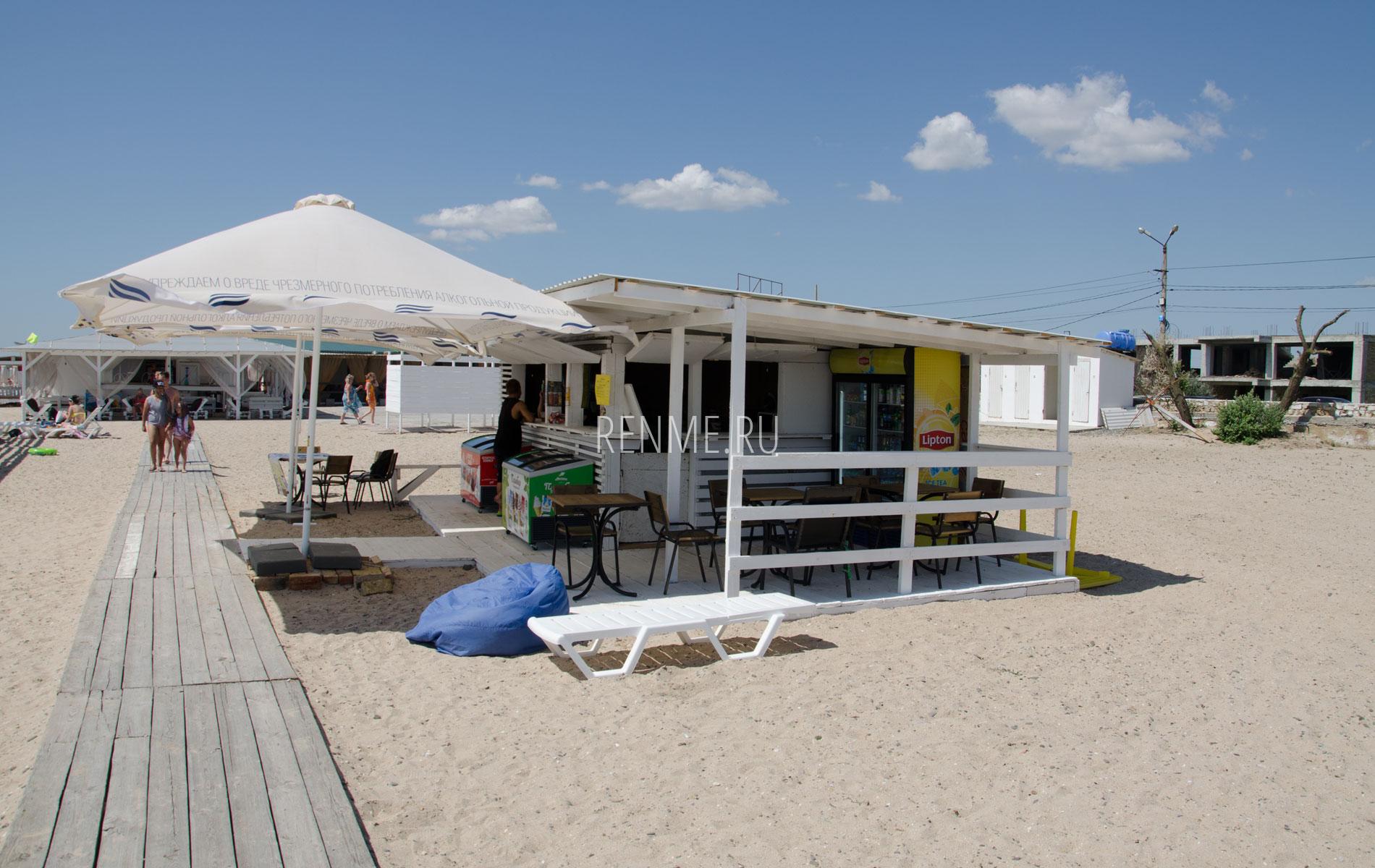 Кафе на песчаном пляже в сезон 2019. Фото Евпатории