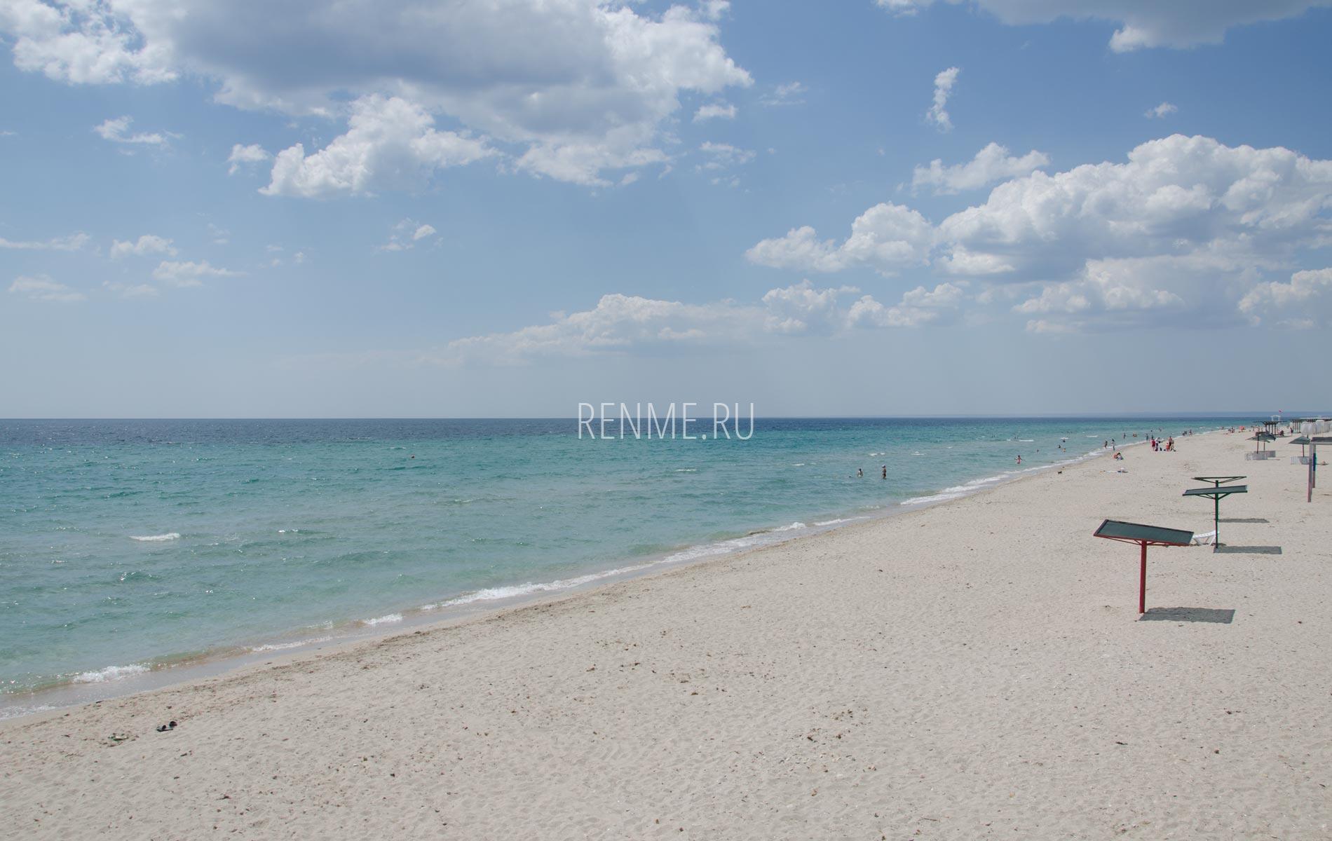 Оборудованные песчаные пляжи в сезон 2020. Фото Штормового