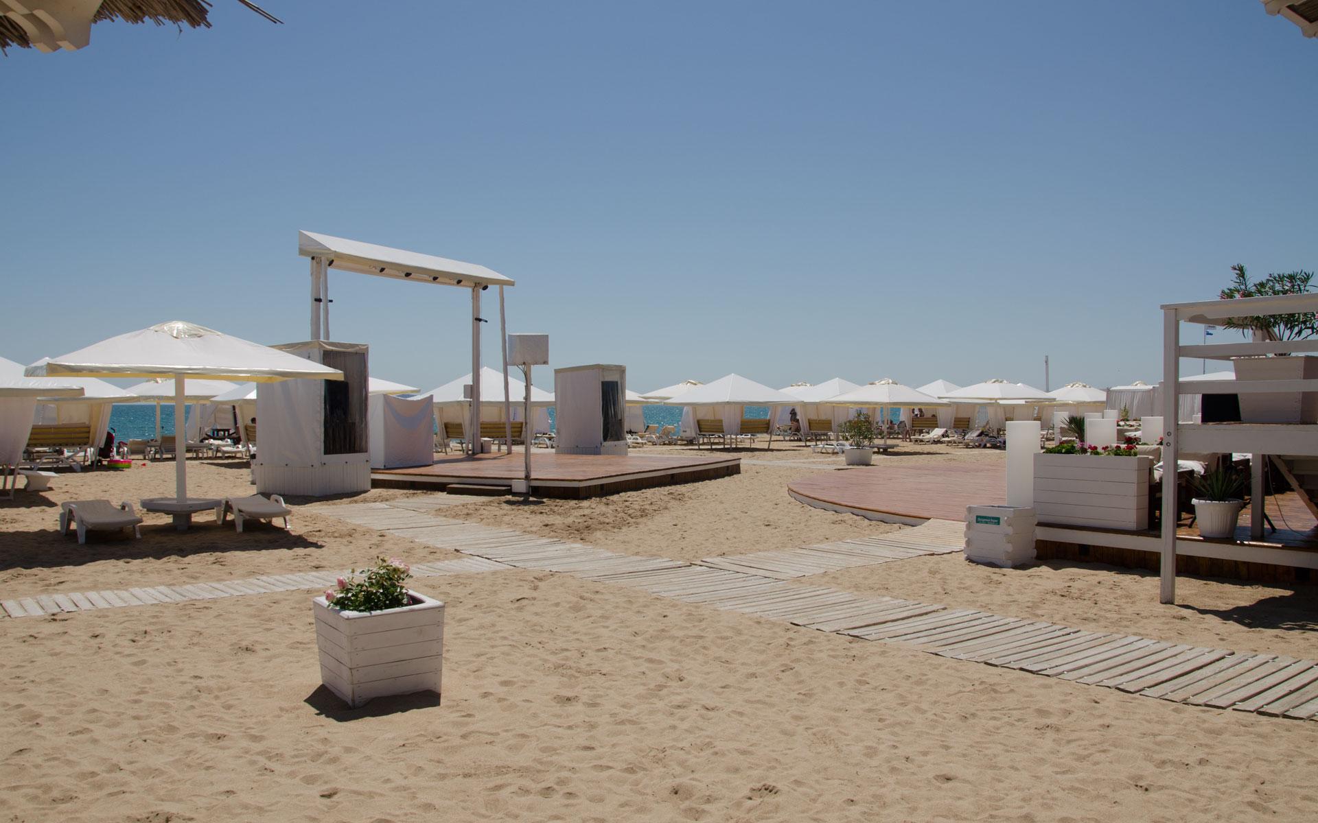 Сцена на пляже в Евпатории. Фото Евпатории