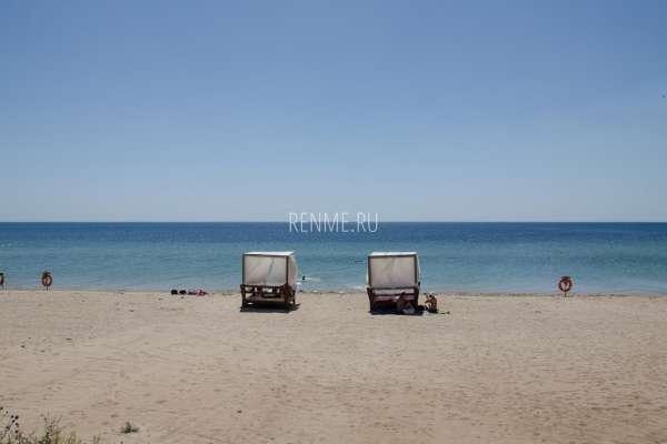 Одинокие бунгало на пляже в Крыму. Фото Заозёрного