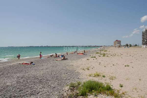 Дикий песчано-галечный пляж. Фото Евпатории