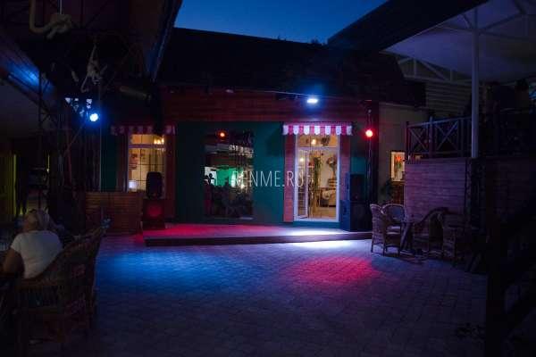 Кафе Аркадия ночью в августе. Фото Заозёрного