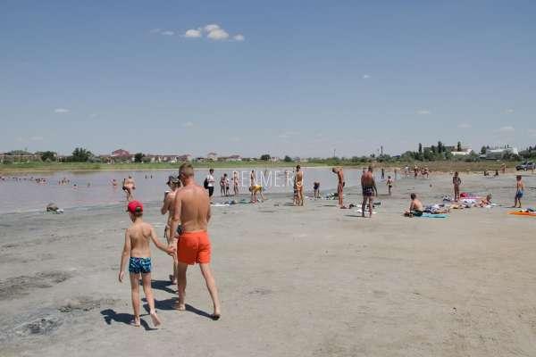 Купания в розовом озере в Крыму. Фото Заозёрного