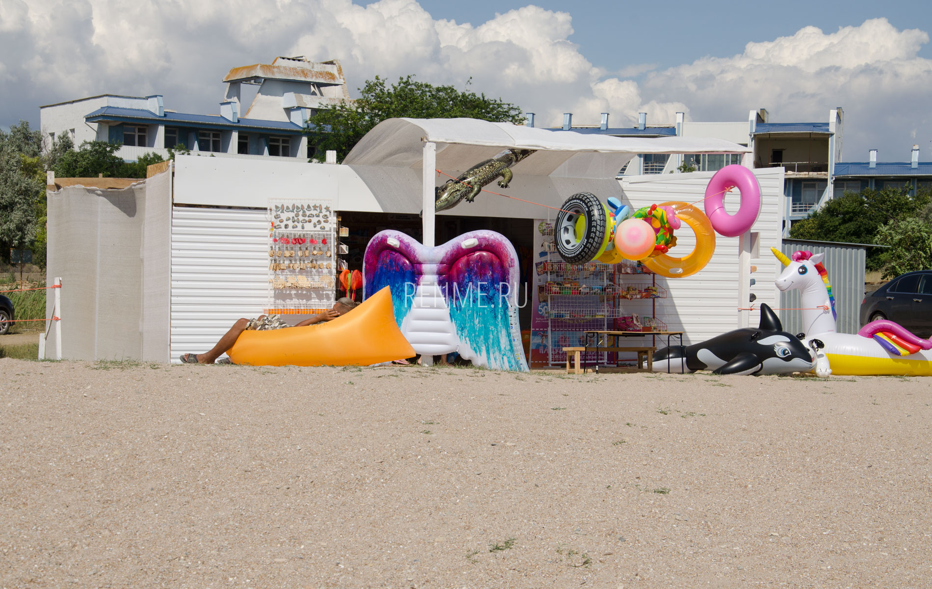 Магазин на пляже. Фото Заозёрного