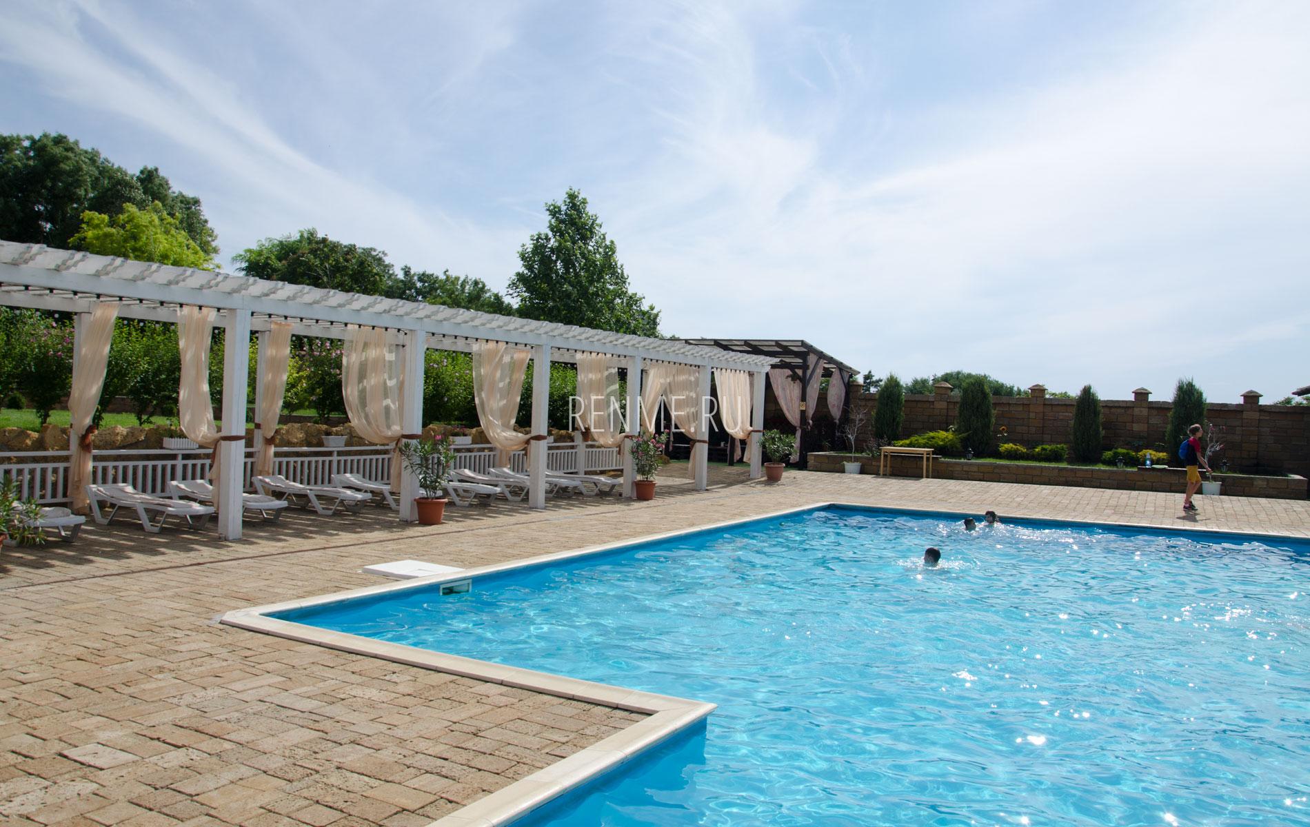 Зона отдыха с бассейном. Фото Евпатории