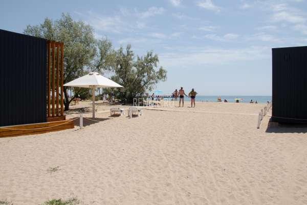 Песчаный пляж в июле 2020. Фото Заозёрного