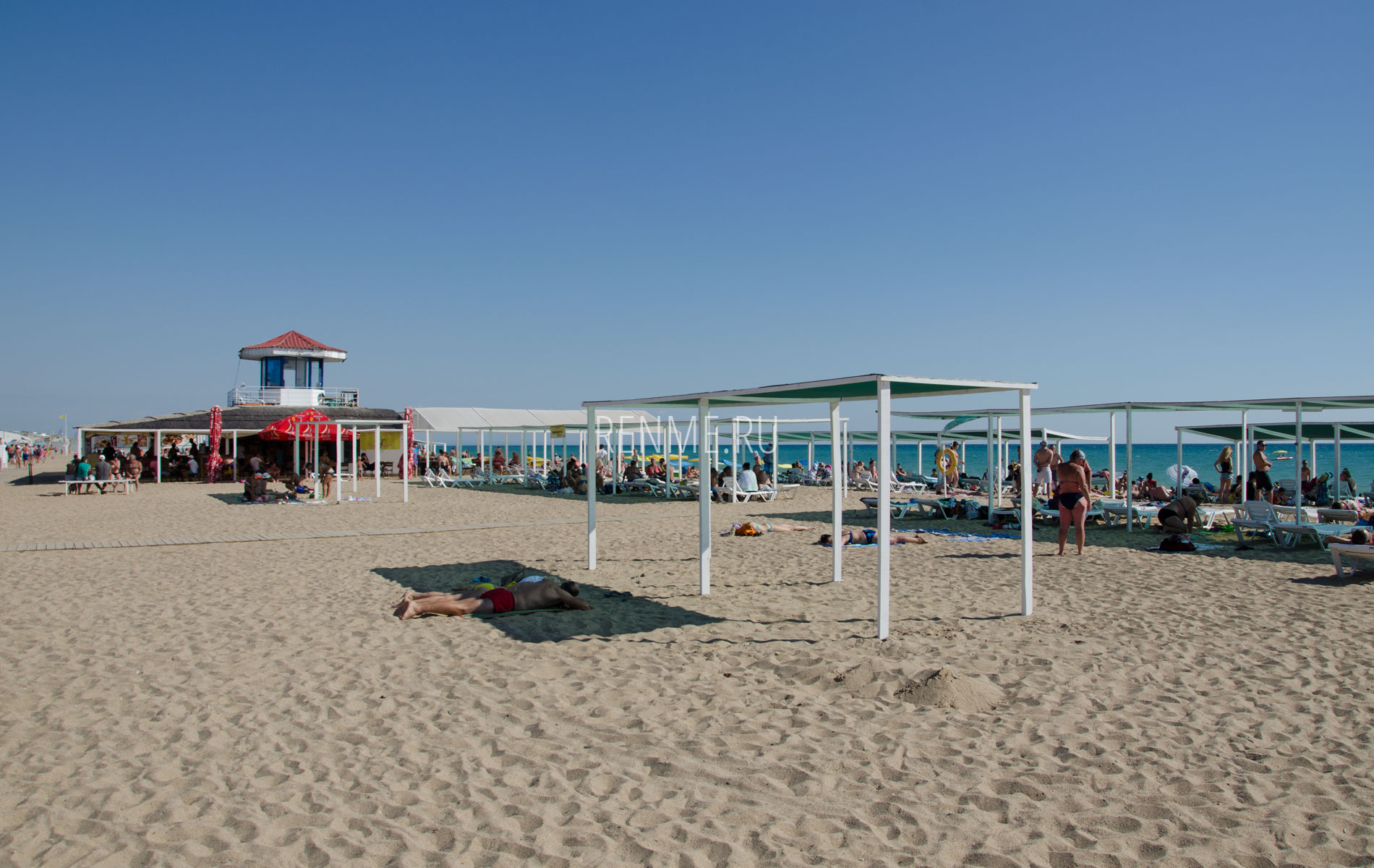 Песочный пляж на Прибое летом. Фото Сак