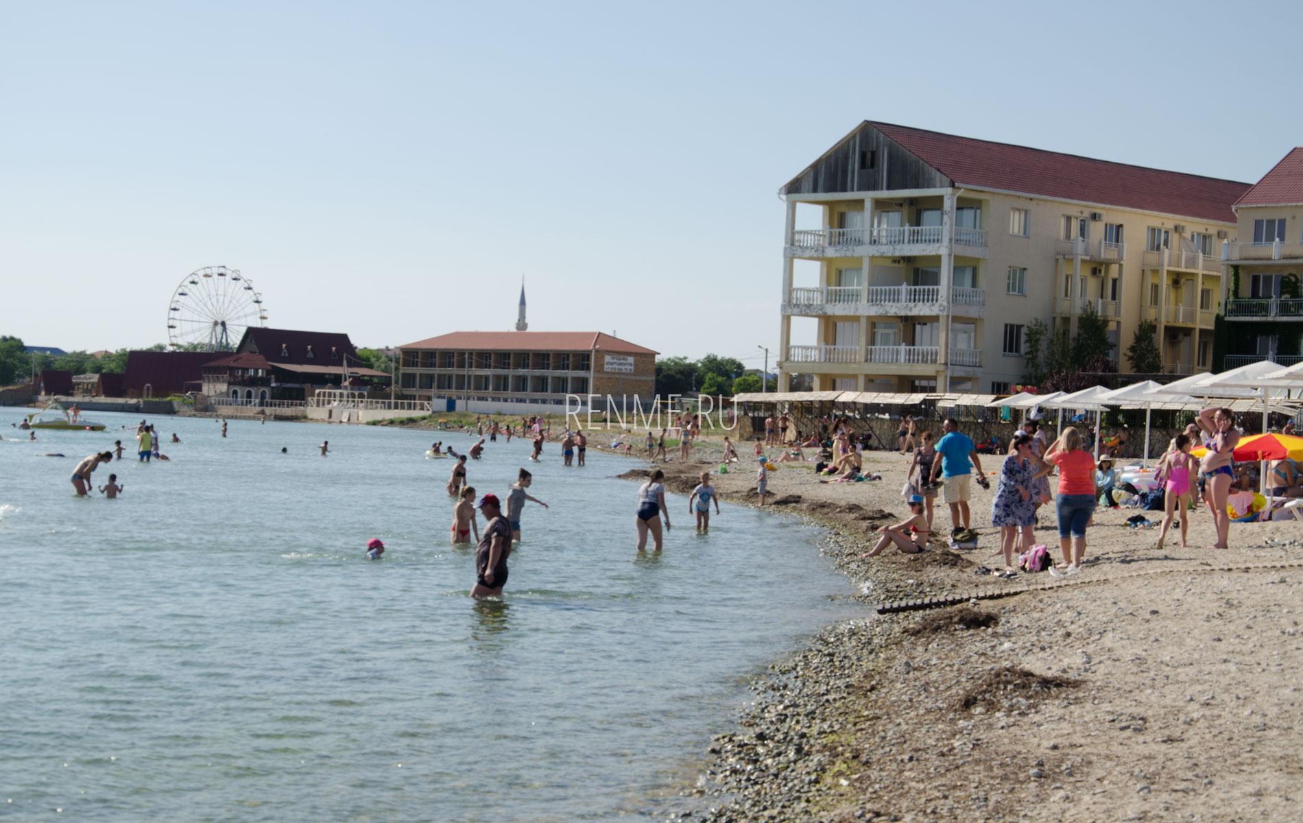 Пляж с отелями. Фото Межводного