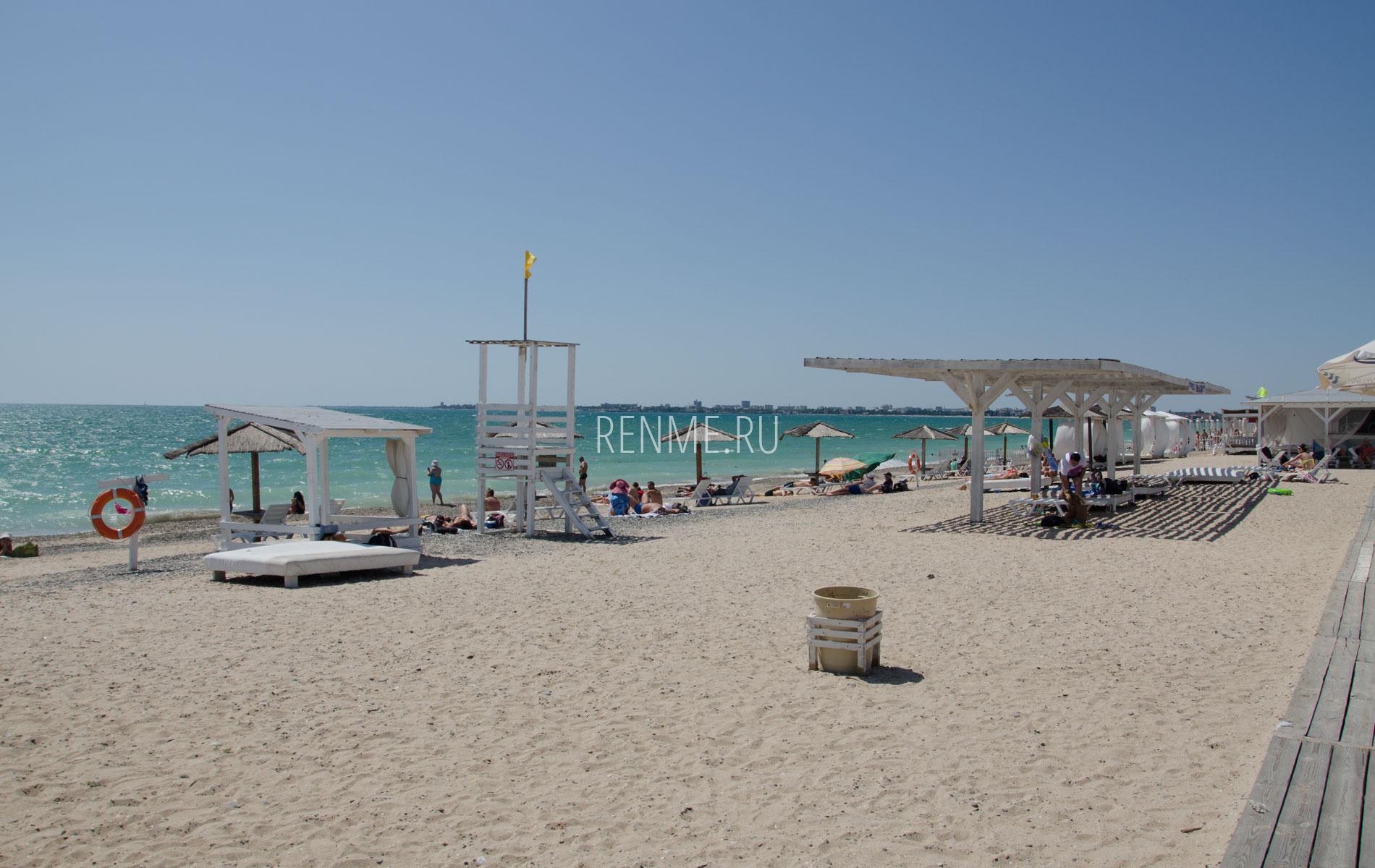 Бунгало и теневые навесы на песчаном пляже. Фото Евпатории