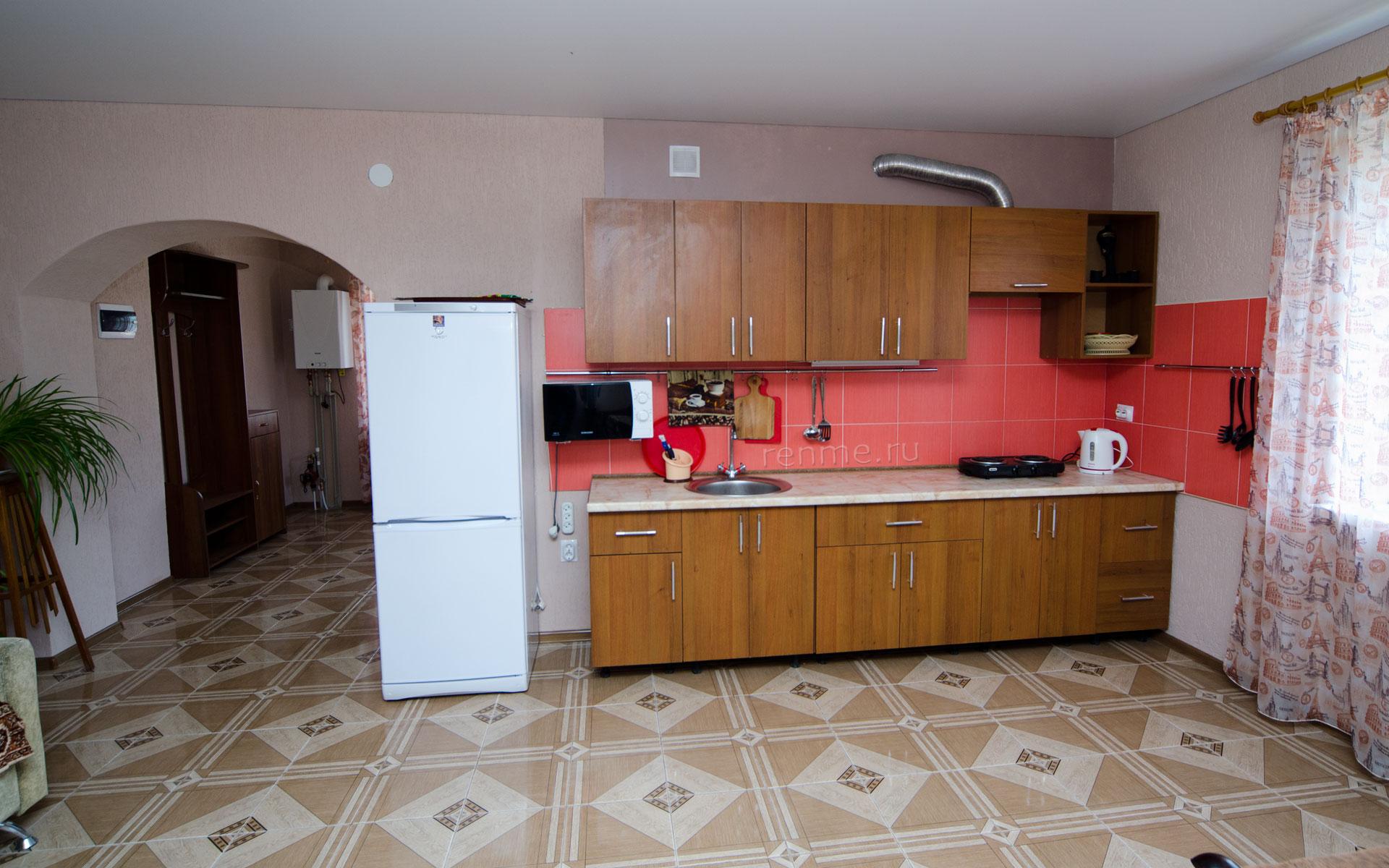 Кухня. Двухкомнатная квартира-студия на первом этаже. Апарт-отель на ул. Гайдара. Заозёрное