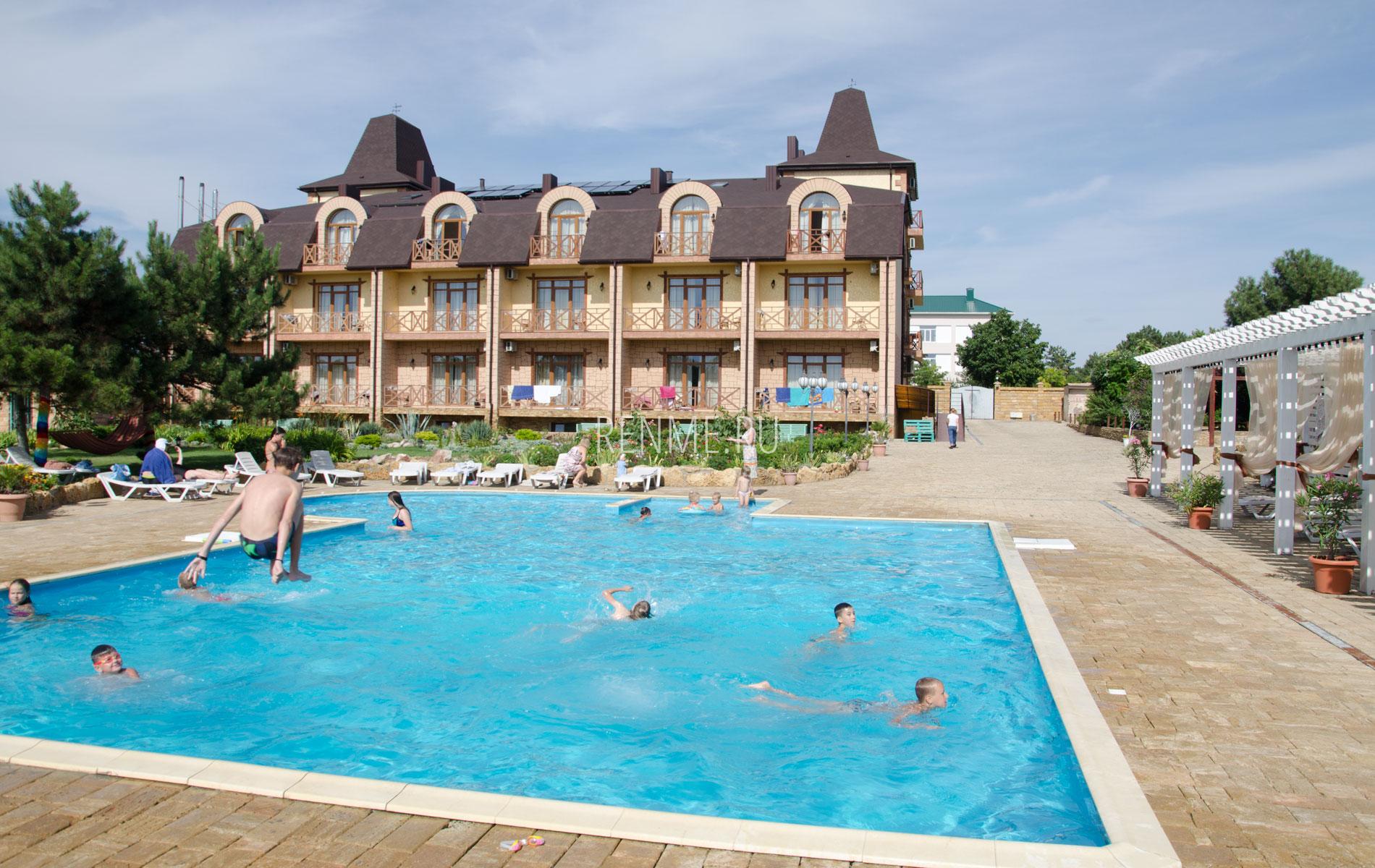 Хороший отель с бассейном в Евпатории. Фото Евпатории