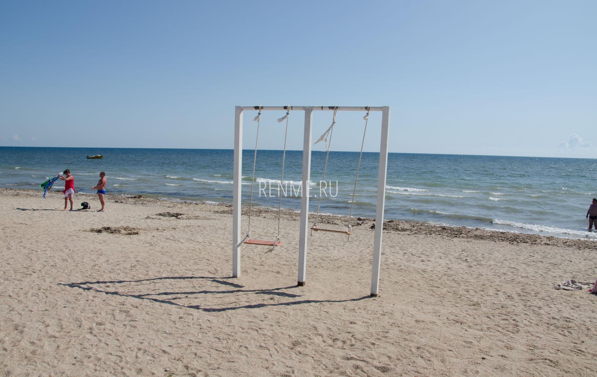 Качели на пляже. Фото Заозёрного