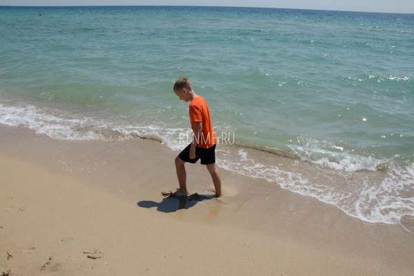 Ребенок на пляже в Крыму. Фото Молочного