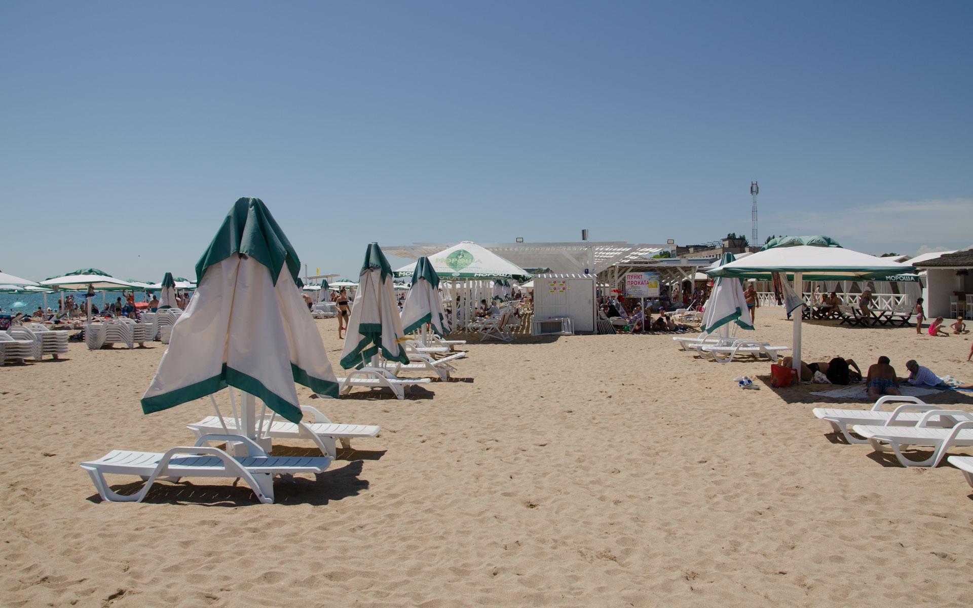 Чистый пляж, зонтики, шезлонги. Фото Евпатории
