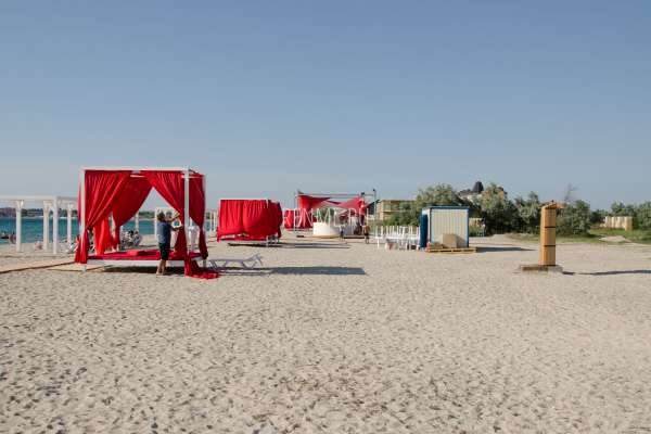 Песчаный пляж с бунгало в Межводном. Фото Межводного