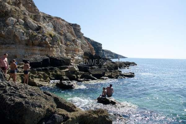 Место для купания на скалах в Межводном. Фото Межводного