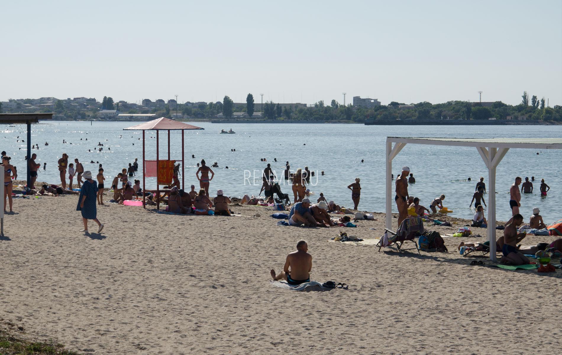 Песчаный пляж в бухте Черноморского. Фото Черноморского