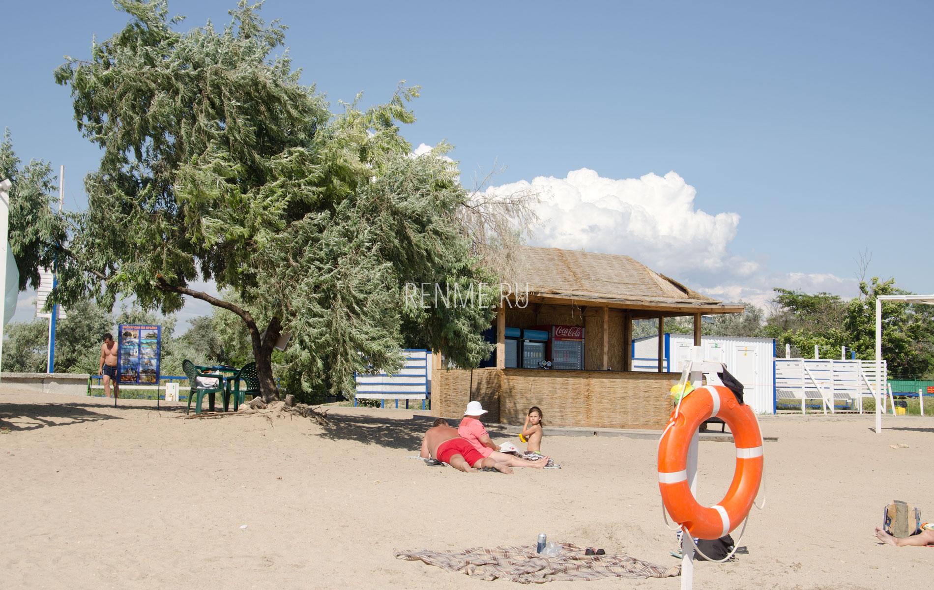 Бар на пляже летом 2019. Фото Заозёрного