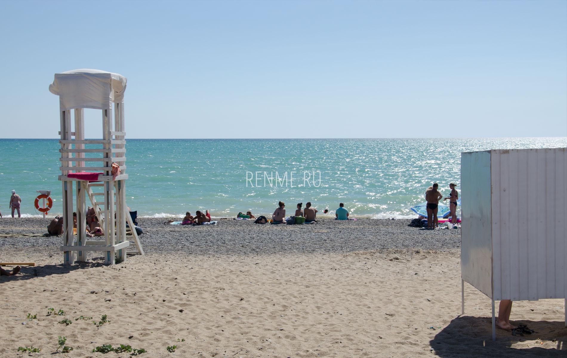 Галечный пляж в июне. Фото Новофедоровки