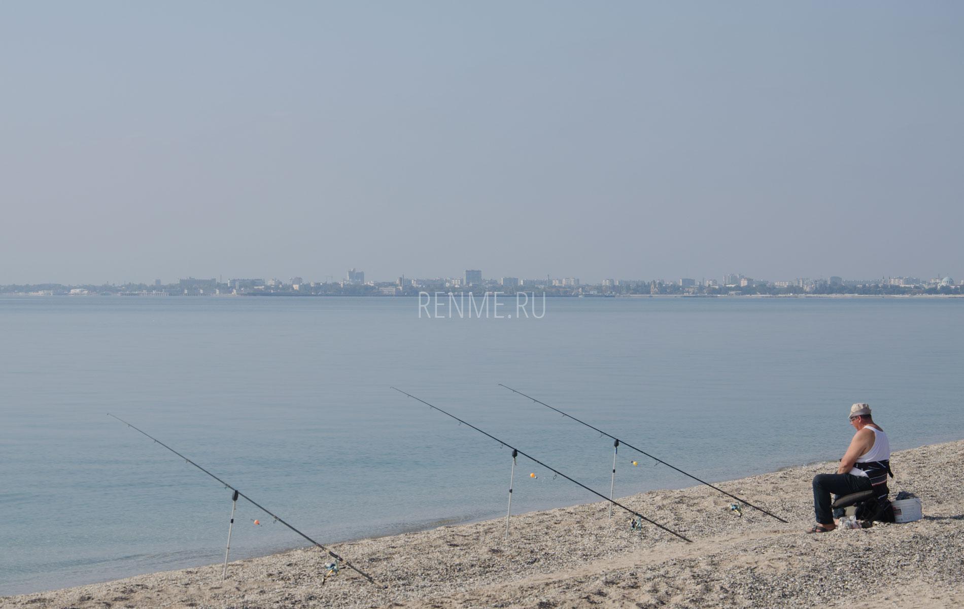 Рыбак на пляже в октябре. Фото Евпатории