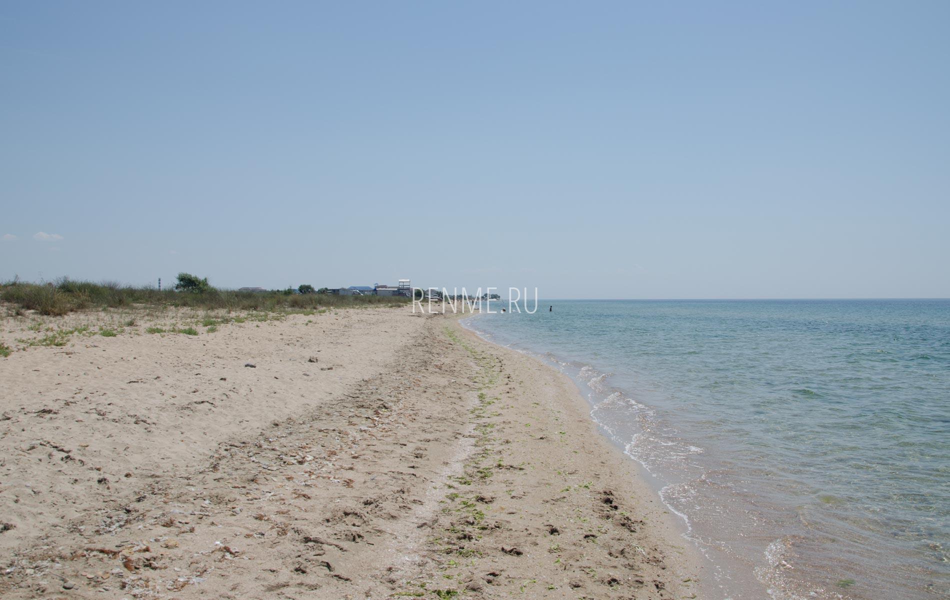 Тихий уединенный дикий пляж. Фото Заозёрного