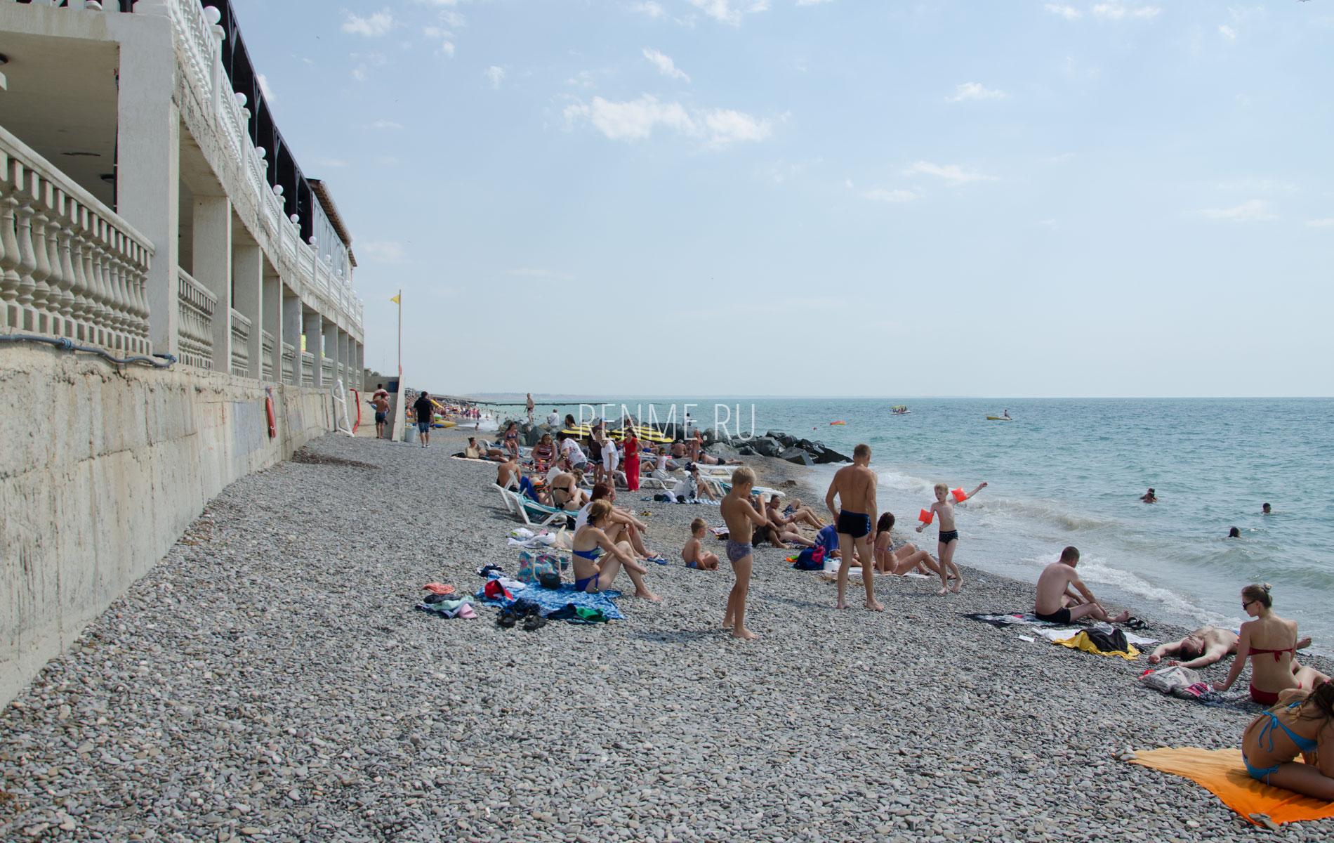 Крымский галечный пляж в июне. Фото Николаевки