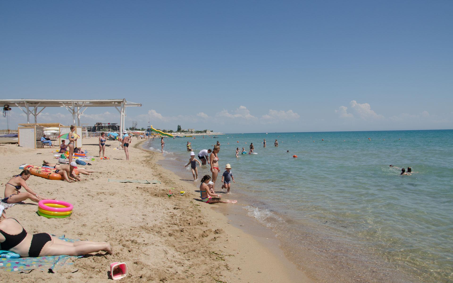 Песчаный пляж Евпатории в июне. Фото Евпатории