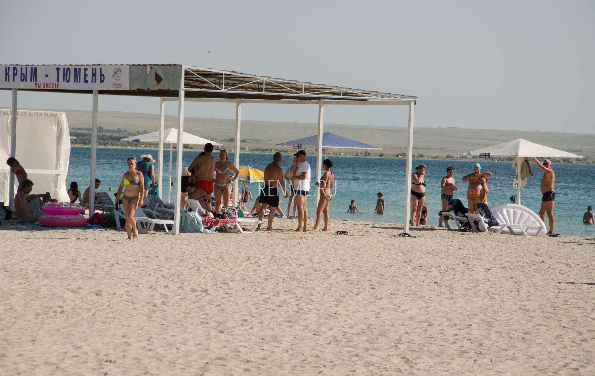 Песчаный пляж с навесом в Межводном. Фото Межводного