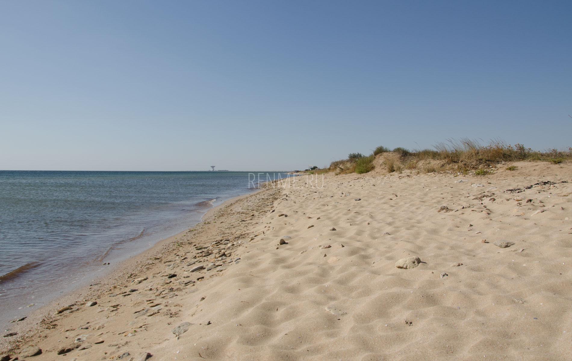 Дикий пляж осенью. Фото Заозёрного