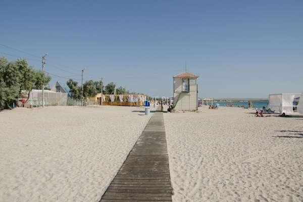 Оборудованный пляж в Крыму. Фото Межводного