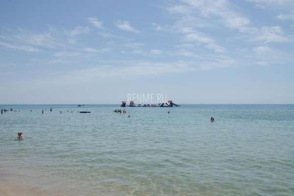 Море в плавучим островом в Крыму. Фото Заозёрного