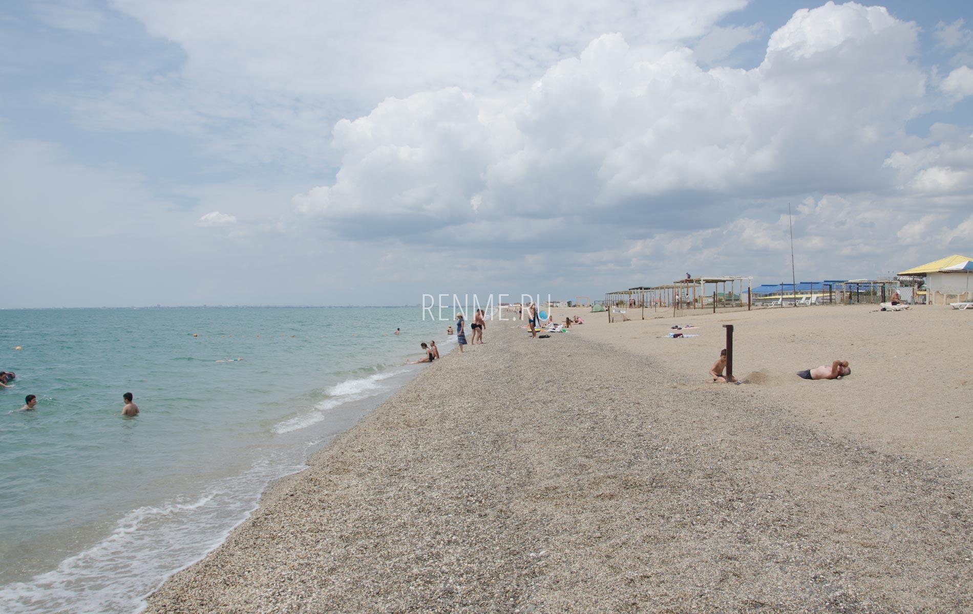 Красивые пляжи Крыма ждут гостей. Фото Прибрежного