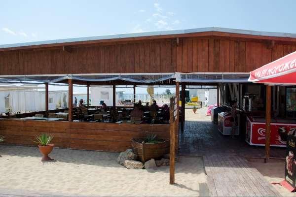 Кафе на пляже Барабулька в июне 2020. Фото Заозёрного