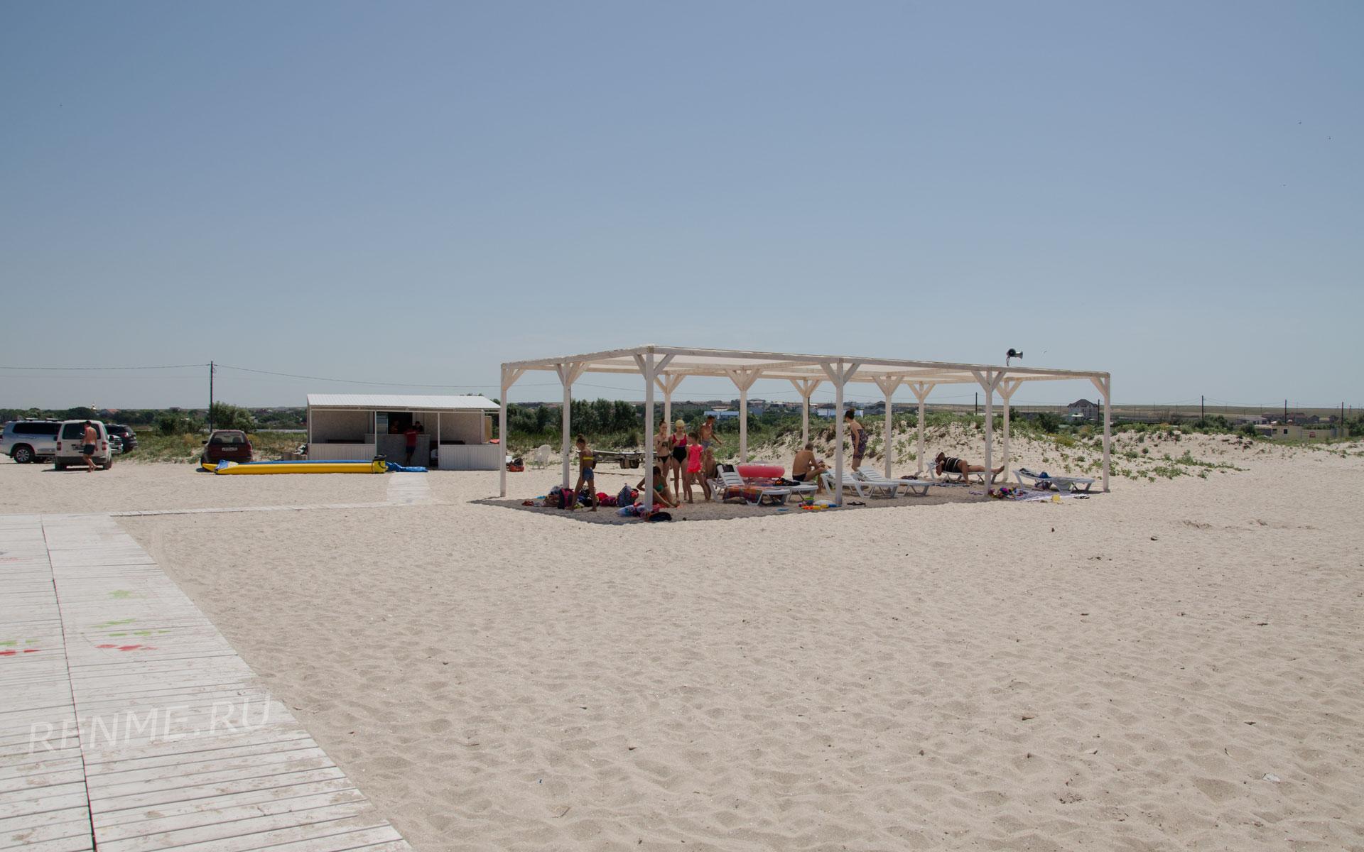 Теневые навесы на песчаном пляже в Оленевке. Фото Оленевки